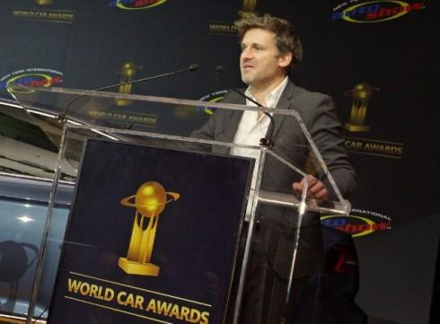 """Alexandre_Malval, director de Estilo de Citroën recogiendo el Premio """"Diseño Mundial del Año 2015"""""""