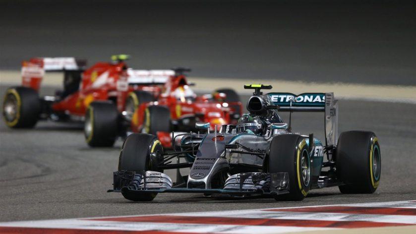 Nico Rosberg luchando a brazo partido con los dos Ferrari