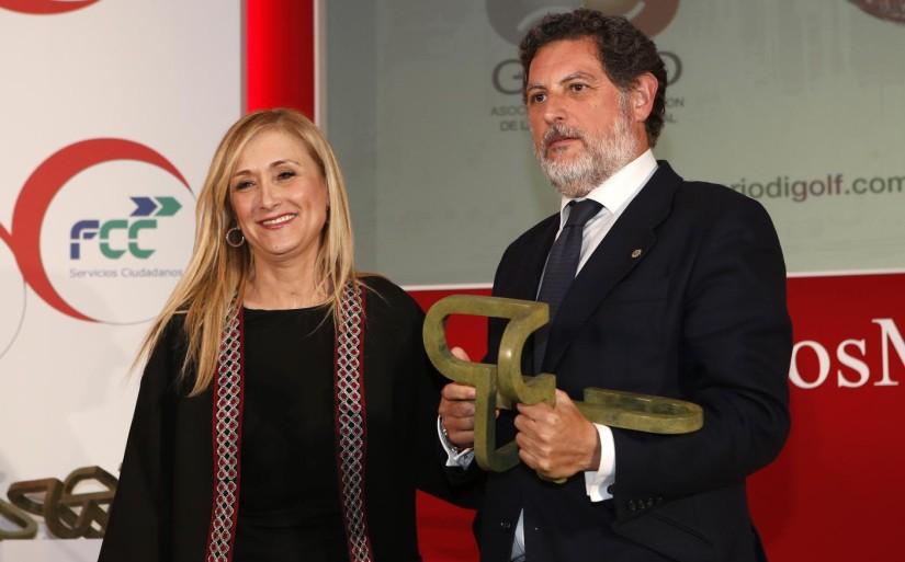 Cristina Cifuentes entregando el Premio Madrid 2015 a Juan Manuel Vinós, CEO de Bultaco