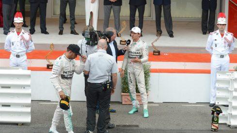 Lewis Hamilton, dirigiéndose cabizbajo al pódium tras perder la carrera por un error del equipo