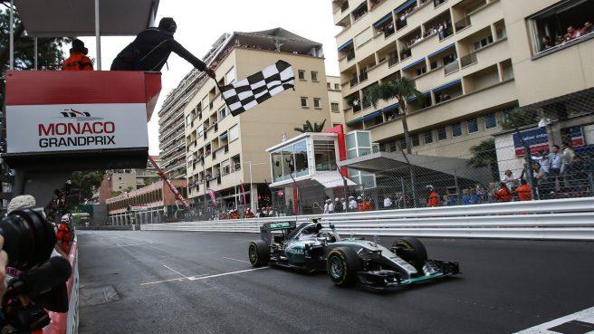Momento en el que Nico Rosberg recibe el banderazo a cuadros tras su victoria en Mónaco
