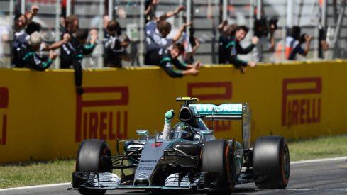 Nico Rosberg, recibiendo el banderazo a cuadros tras su brillante carrera