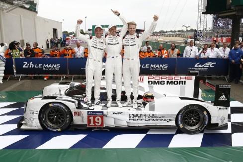 El equipo Porsche de Nico Hulkenberg, brillante ganador de e las 24 Horas de Le Mans 2015