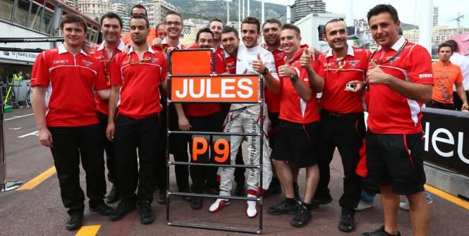 Jules Bianchi, celebrando con su equipo su histórico noveno puesto en Mónaco 2014