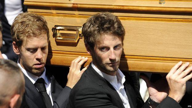 Sebastian Vettel y Romain Grosjean portando el féretro de Bianchi