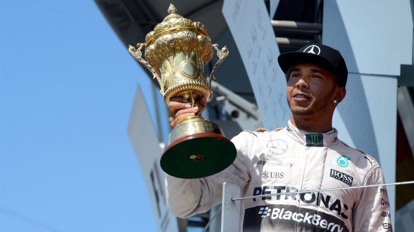 Un felicísimo Lewis Hamilton le ofrece el triunfo a su públicoUn felicísimo Lewis Hamilton le ofrece el triunfo a su público