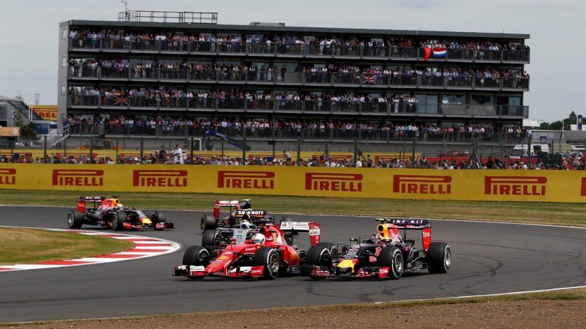 Sebastian Vettel, luchando con Daniil Kvyat
