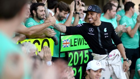 Lewis Hamilton, festejando con su equipo su octava victoria del año