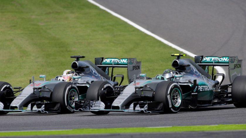 Lewis Hamilton, rebasando a Nico Rosberg en la salida