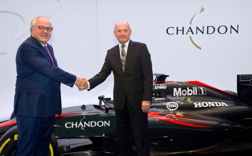 Dennis y Navarre en la firma del acuerdo de McLaren con Chandon