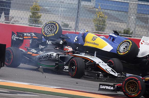 Momento en el que colisionan Nico Hulkenberg y Marcus Ericsson al inicio de la carrera