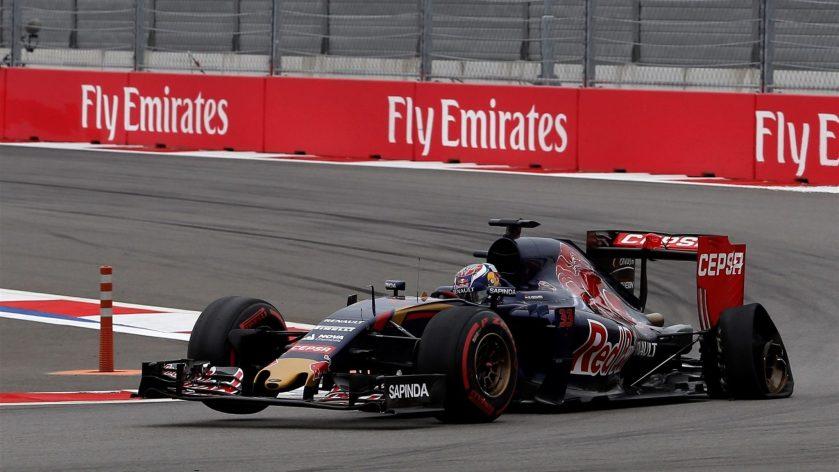 Max Verstappen, luchando por llegar a boxes tras su incidente con Hulkenberg