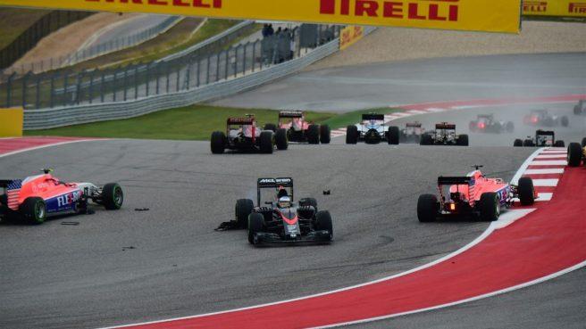 Fernando Alonso, atravesado sobre la pista, tras su toque con Massa