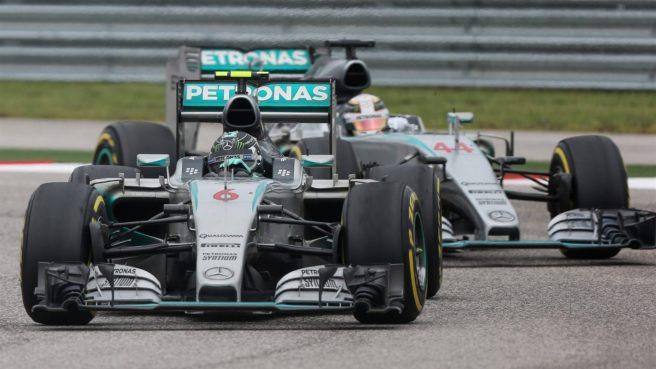 Espectacular nuevo duelo entre los dos Mercedes