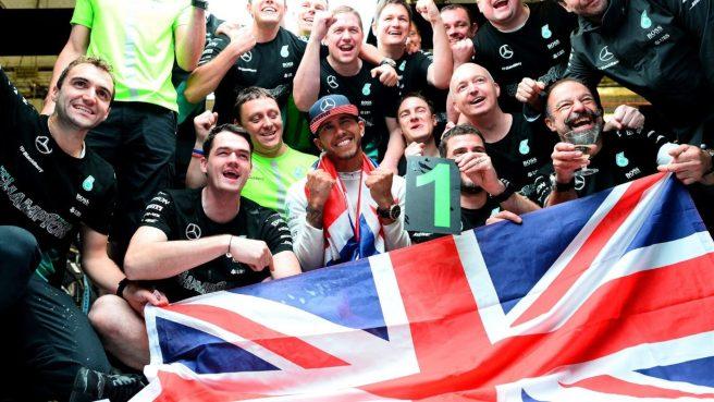 Lewis Hamilton, celebrando por todo lo alto su tercer campeonato