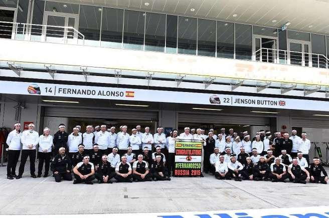 El equipo McLaren, posando en pleno para agasajar a Fernando Alonso