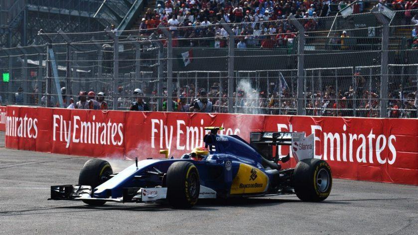 Felipe Nasr, en el momento de abandonar tras arder sus frenos