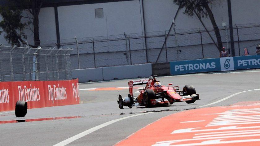 Sebastian Vettel, en el momento de perder la rueda tras su pinchazo