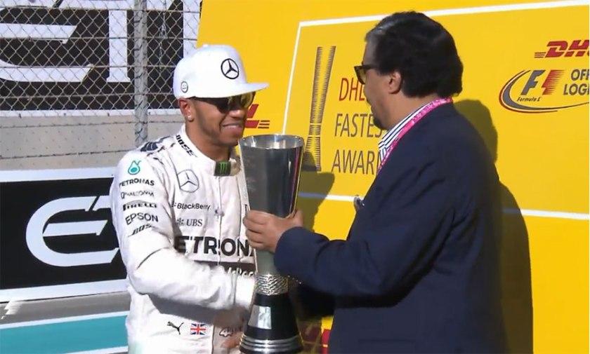 Lewis Hamilton recibiendo en Yas Marina el premio DHL Vuelta Rápida 2015