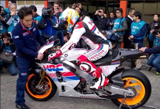 Fernando Alonso, probando una Honda de MotoGP en Suzuka