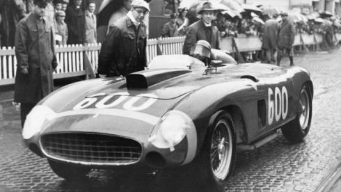 Juan Manuel Fangio, a bordo del 290 MM en las Mil Millas de 1956