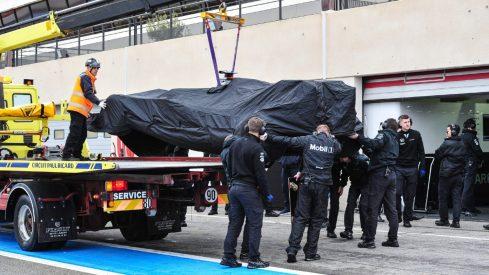 El McLaren de Vandoorne, sobre la grúa tras abandonar