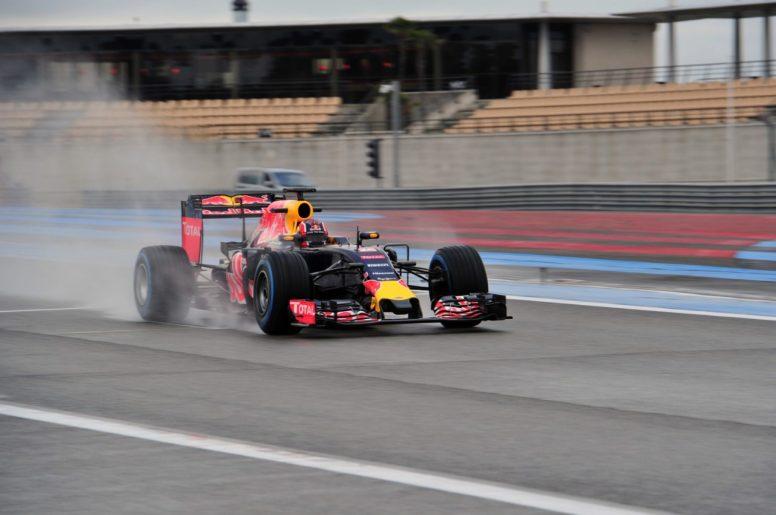 Kvyat y su Red Bull rodando en el asfalto mojado de Paul Ricard