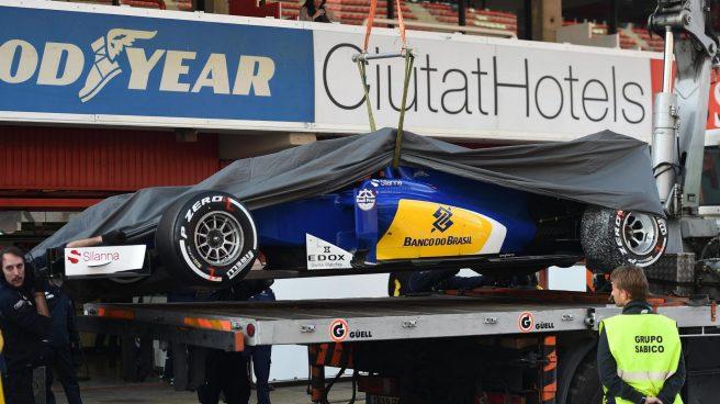 El Sauber de Ericsson, remolcado a boxes tras su accidente