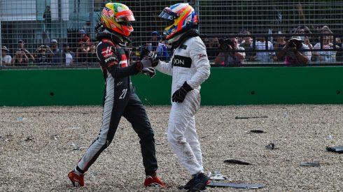 Esteban Gutiérrez interesándose por el estado de Fernando Alonso tras el accidente