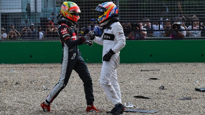 Esteban Gutiérrez interesándose por el estado de Fernando Alonso tras el accidente
