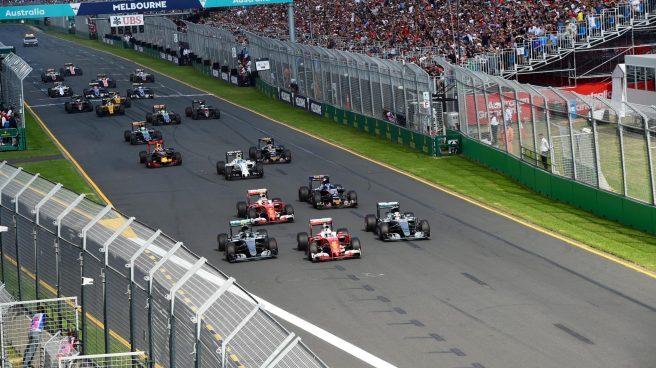 Momento del adelantamiento de Sebastian Vettel a los Mercedes en la salida
