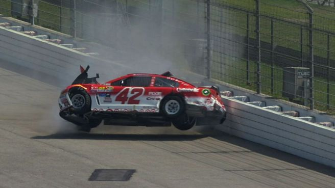 Kyle Larson sufre un grave accidente en la NASCAR Sprint Cup