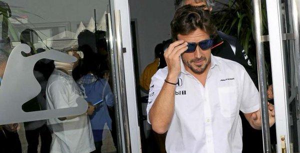 Fernando Alonso abandonando el centro médico tras su última revisión por la FIA