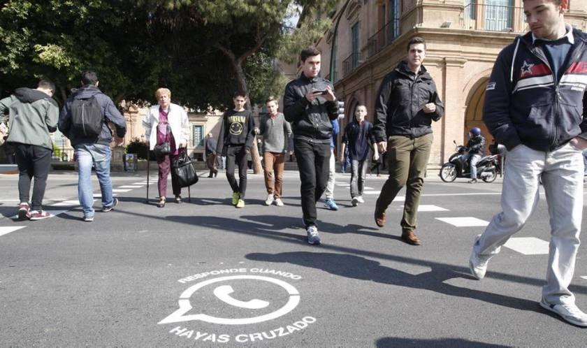 Mucia, pionera en avisar a los peatones sobre el uso del móvil al cruzar