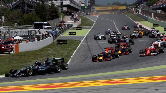 Salida del GP de España, con Rosberg adelantando a Hamilton en la primera curva