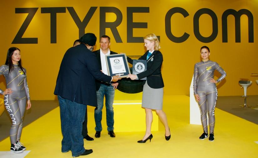 Los directivos de Z Tyre recogiendo el certificado acreditativo del Libro Guinness de los Récords