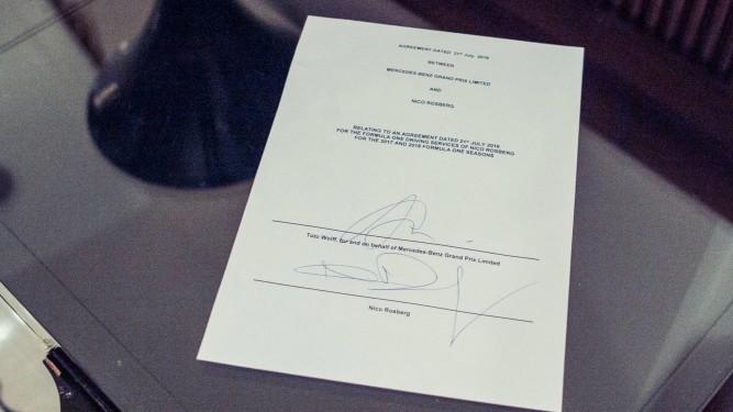 El contrato de renovación, firmado entre Nico Rosberg y Mercedes