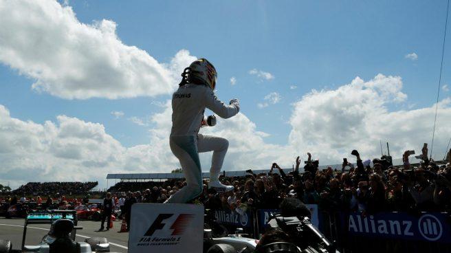 Lewis Hamilton, festejando con su equipo su victoria hoy en Silverstone