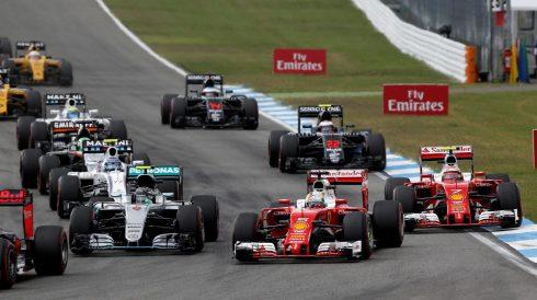 Nico Rosberg, sufriendo en la salida
