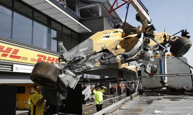 El Renault R16 destrozado de Kevin Magnussen a su llegada al paddock