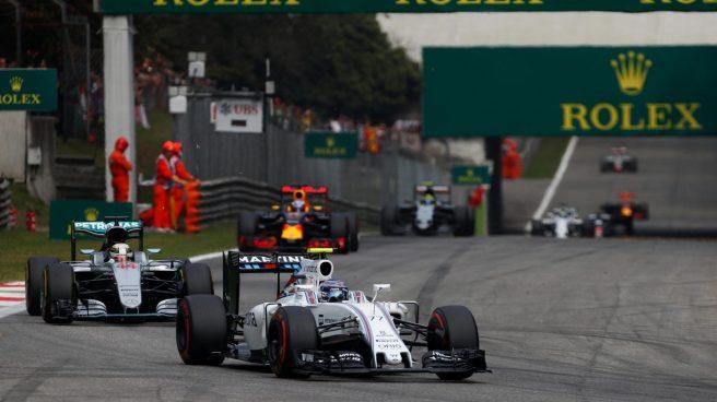 Valtteri Bottas, tratando de resistir el ataque de Lewis Hamilton