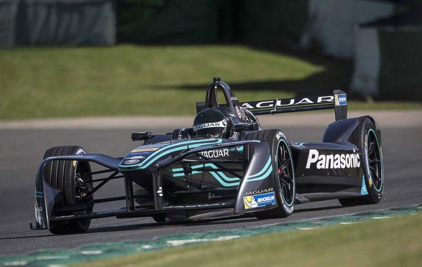 El nuevo Jaguar, rodando en los tests de pretemporada de Donington Park