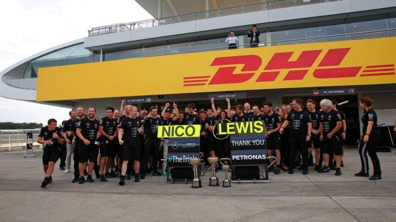 Los integrantes de Mercedes, festejando su tercer título del año