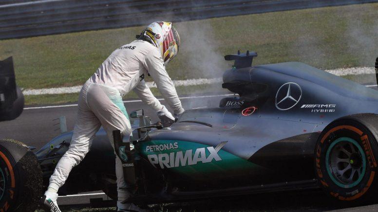 Lewis Hamilton, abandonando su monoplaza tras romper el motor en Malasia