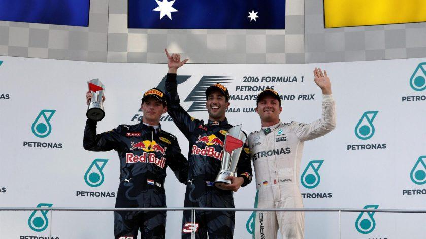 Dnaiel Ricciardo feliz, en el podium de Sepang, junto a Verstappen y Rosberg