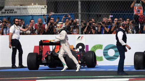 Lewis Hamilton corre a festejar su octava victoria del año con la afición mexicana