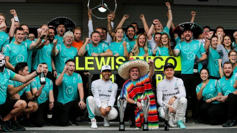 Los miembros del equipo Mercedes, festejando su nuevo doblete del año