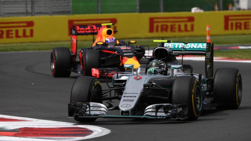 Nico Rosberg y Max Verstappen, a punto de dar el susto del día al inicio de la carrera