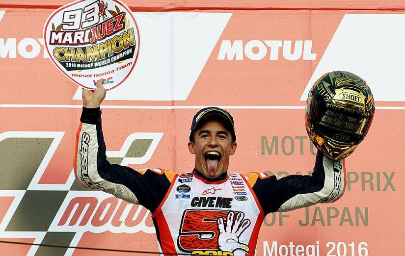 Un exultante Marc Márquez celebra su título en el pódium de Motegi