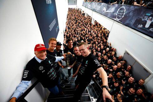 Las estrellas de Mercedes junto los trabajadores de la planta de Brackley (Inglaterra)